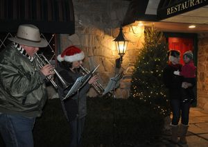 Tom Bouldin and Lee Sohl of Kent perform Christmas carols Saturday outside the Fife ín Drum Restaurant, as Sohlís daughter, Barbara Carr, listens with her daughter, Madeline. Lynn Mellis Worthington Republican-American