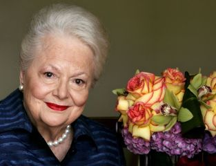 """On Sept. 15, 2004, actress Olivia de Havilland, who played the doomed Southern belle Melanie in """"Gone With the Wind,"""" poses for a photograph in Los Angeles. (Associated Press)"""