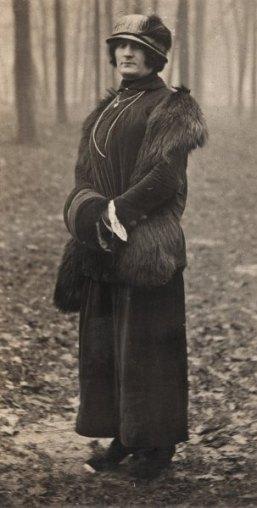 Paul Grappe, alias Susanne Landgard, im Bois de Boulogne - zwischen 1922 und 1924 Paul Grappe, alias Suzanne Landgard, im Bois de Boulogne - zwischen 1922 und 1924.