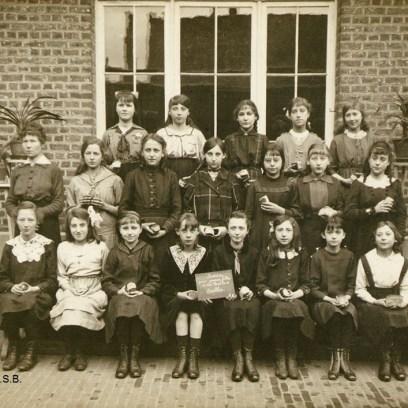 Photo de classe de l'École libre pour jeunes filles, vers 1914, Collection iconographique (F-3677), Archives de la Ville de Bruxelles   Klasfoto van de Vrije School voor Jonge Meisjes, ca. 1914, Iconografische verzameling (F-3677), Archief van de Stad Brussel