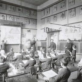 Une classe de l'École normale d'Instituteurs (école normale Charles Buls), photo, vers 1914, Collection iconographique (J-2386)   Een klaslokaal van de Normale School voor Leraren (Normale School Charles Buls), foto ca. 1914, Iconografische verzameling, Archieft van de Srad Brussel