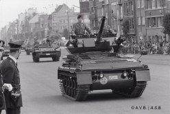 Défilé militaire à Laeken, char, photo, 1974, collection iconographique (NUM-00378), Archives de la Ville de Bruxelles, © Benoît de Pierpont | Militaire parade in Laken, tank, foto, 1974, iconografische verzameling (NUM-00378), Archief van de Stad Brussel, © Benoît de Pierpont