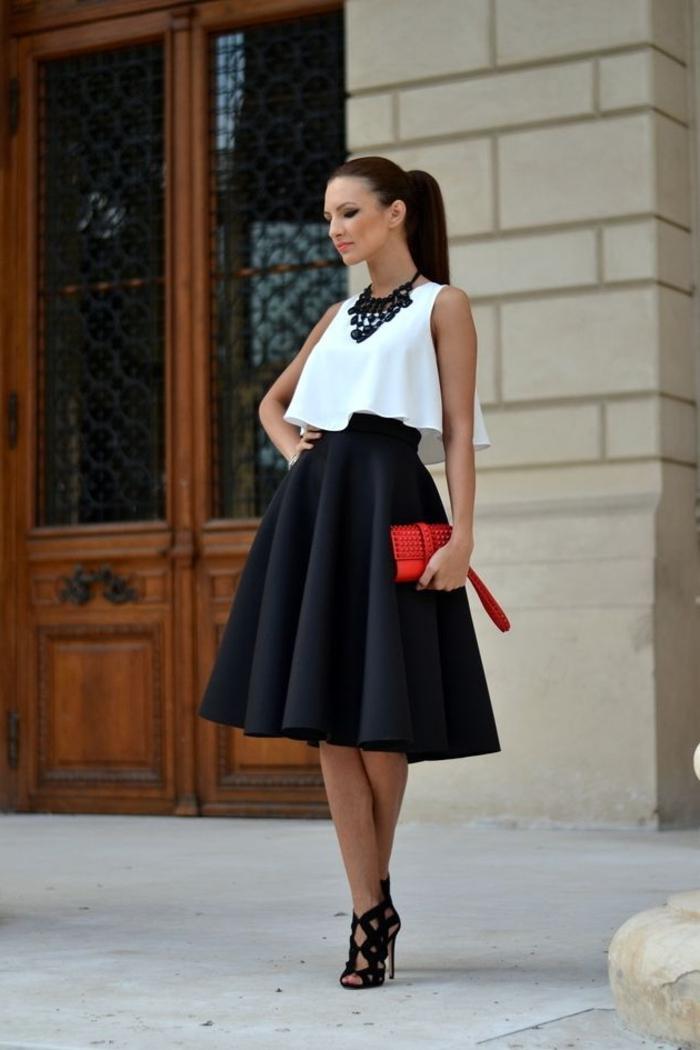 fame-adoptez-les-tenues-chics-pour-femmes-quotidiennement-jupe-trapèze-noir-chemise-blanc-sandales-à-talon