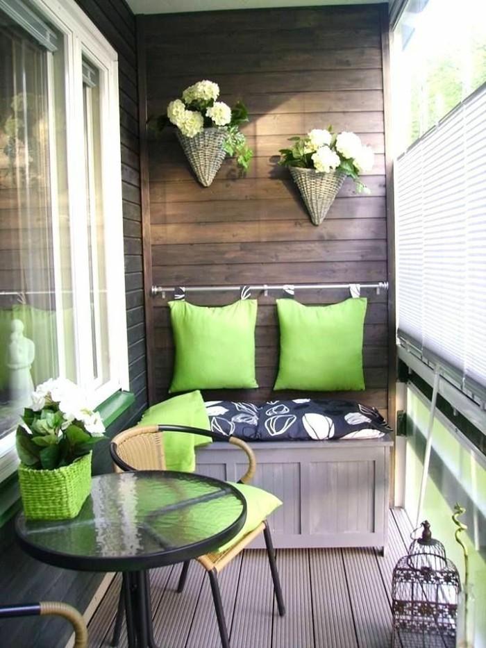 design-extérieur-décorer-sa-terrasse-aménager-un-petit-balcon-balcons-fleuris-une-idée-en-vert