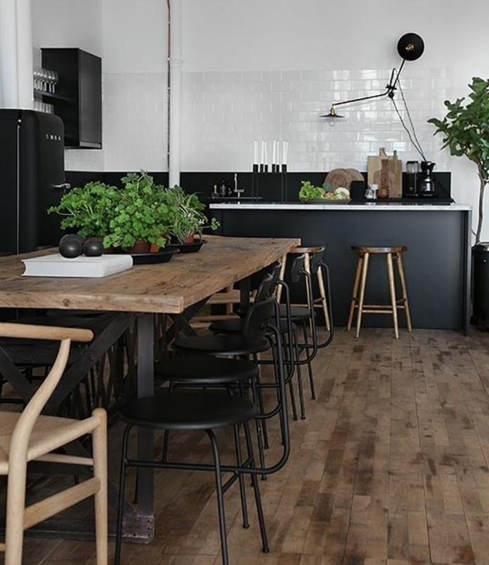 cuisine grise et plan de travail noir