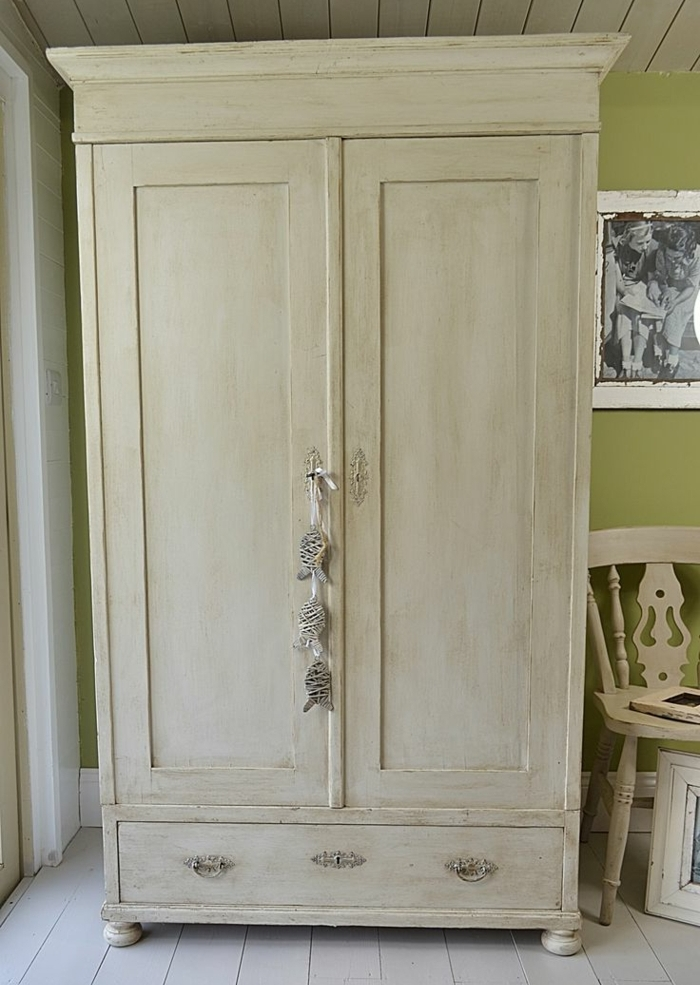 relooker une armoire ancienne trois techniques et plusieurs belles realisations