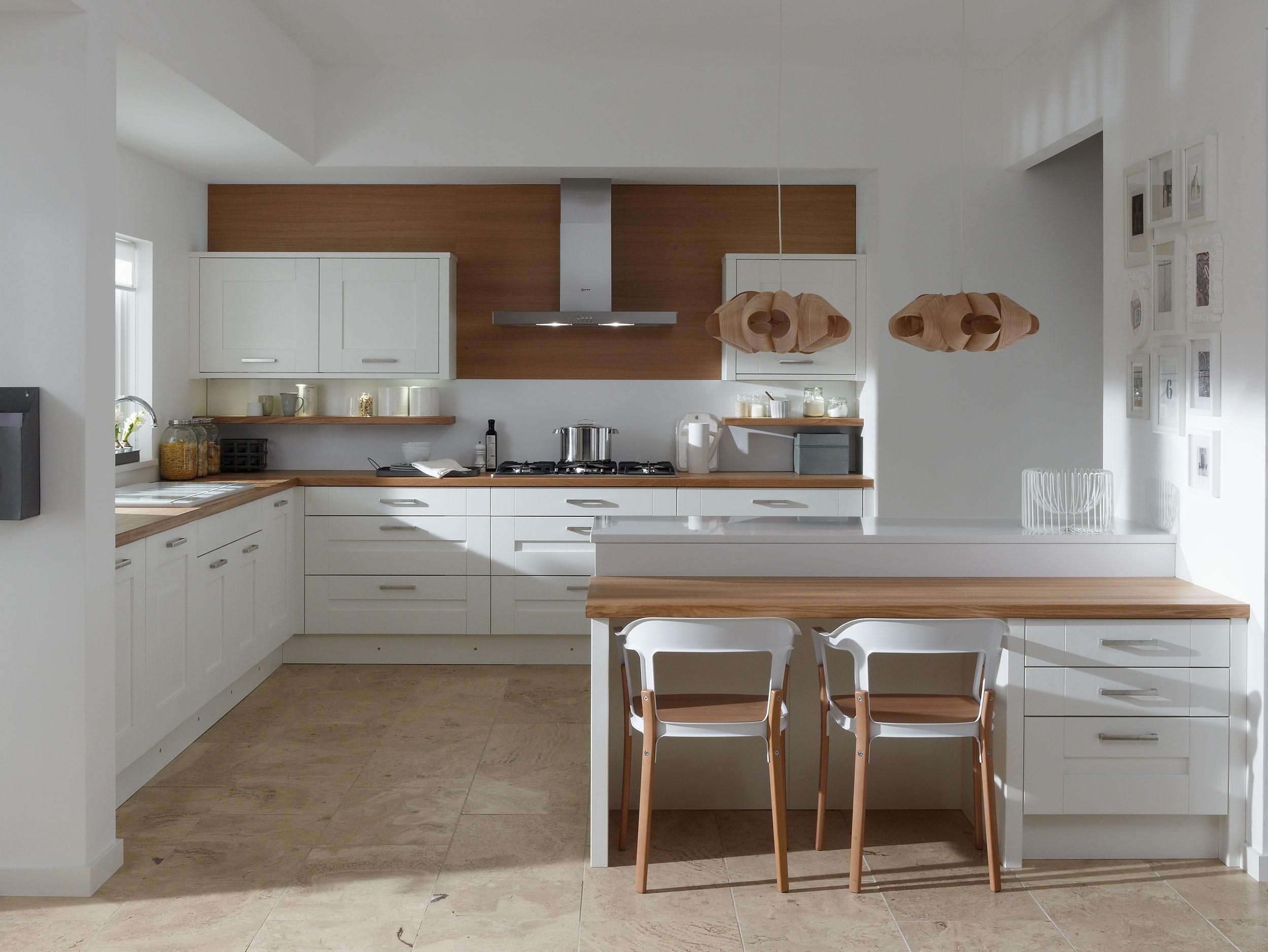 Come arredare una cucina con mobili bianchi e legno