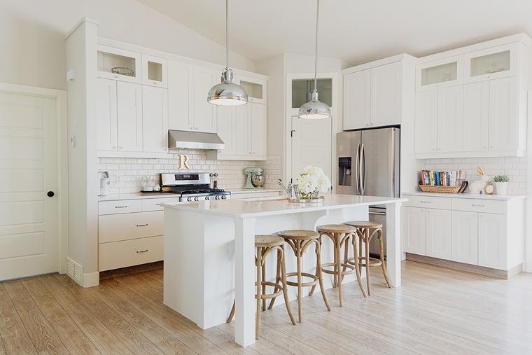 Cucine bianche moderne con inserti in legno  le nuove