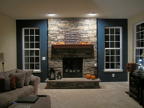 Natursteinwand im Wohnzimmer  im Landhausstil gestalten