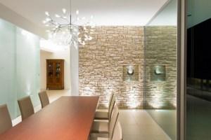 Natursteinwand im Wohnzimmer   im Landhausstil gestalten ...