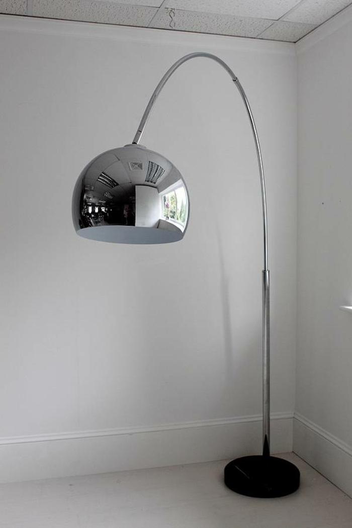 Die Bogenlampe passt zu fast jedem Interieur