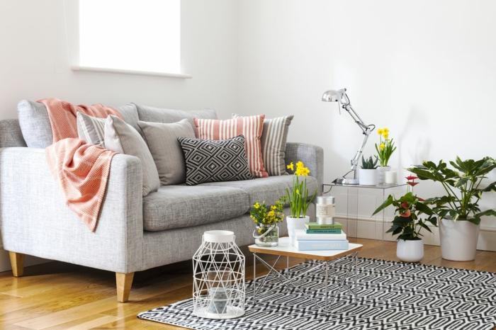 Graue Couch Bunte Kissen  Wohndesign