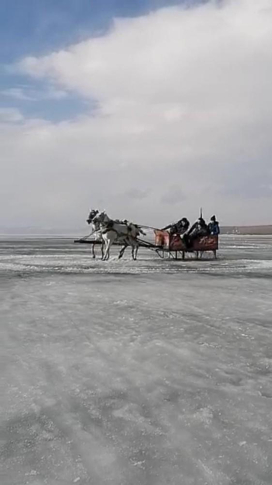 Donan Çıldır Gölü üzerinde atlı kızakla drift yaptı