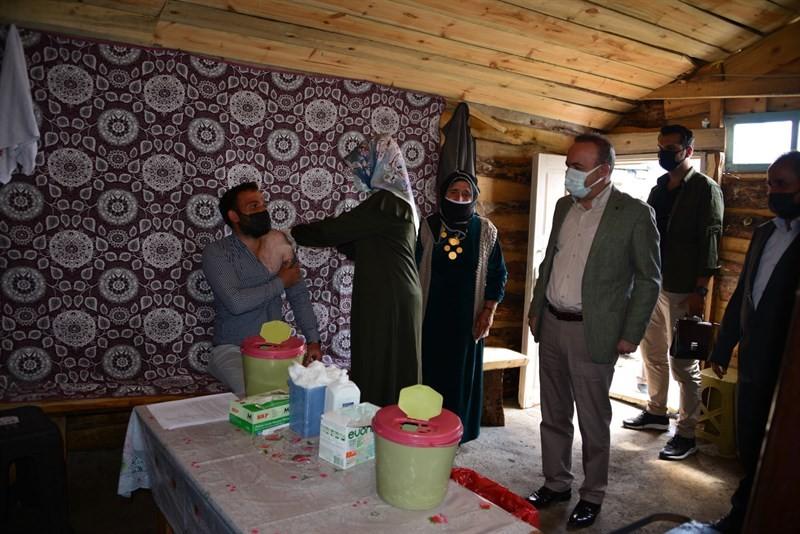 'Covid-19 savaşçıları' aşı hizmetini Köy ve yayladaki vatandaşların ayağına götürüyor