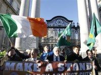 Ιρλανδία: «Ζήτημα εθνικής αξιοπρέπειας η απόρριψη των εγγυήσεων»…