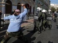 Δυνάμεις των ΜΑΤ συγκρούονται με αγρότες κατά τη διάρκεια επεισοδίων στο παναγροτικό συλλαλητήριο στην πλατεία Συντάγματος, στην Αθήνα, Τετάρτη 18 Νοεμβρίου 2015. Πανελλαδικό συλλαλητήριο αγροτών πραγματοποιούν οι γεωργοί και κτηνοτρόφοι όλης της χώρας σήμερα στο Σύνταγμα, διαμαρτυρόμενοι για τον τρόπο φορολόγησής τους και τις αλλαγές που επίκεινται στο ασφαλιστικό. Αντιπροσωπεία τους, αναμένεται να επιδώσει ψήφισμα στο υπουργείο Οικονομικών και στη Βουλή. Στο συλλαλητήριο των αγροτών λαμβάνουν μέρος και η Πανελλαδική Ομοσπονδία Παραγωγών Αγροτικών Προϊόντων Λαϊκών Αγορών καθώς και η Πανελλήνια Ομοσπονδία Πωλητών Λαϊκών Αγορών.  ΑΠΕ-ΜΠΕ/ΑΠΕ-ΜΠΕ/ΣΥΜΕΛΑ ΠΑΝΤΖΑΡΤΖΗ