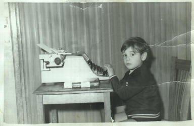Francisco Sánchez Guisado a los 3 años haciendo como que sabía escribir a máquina