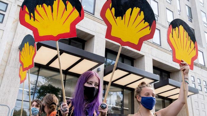 """Imagem da Manifestação """"Fora Shell"""" do grupo ativista Extinction Rebellion em frente a sede da Shell em Londres (2020)"""