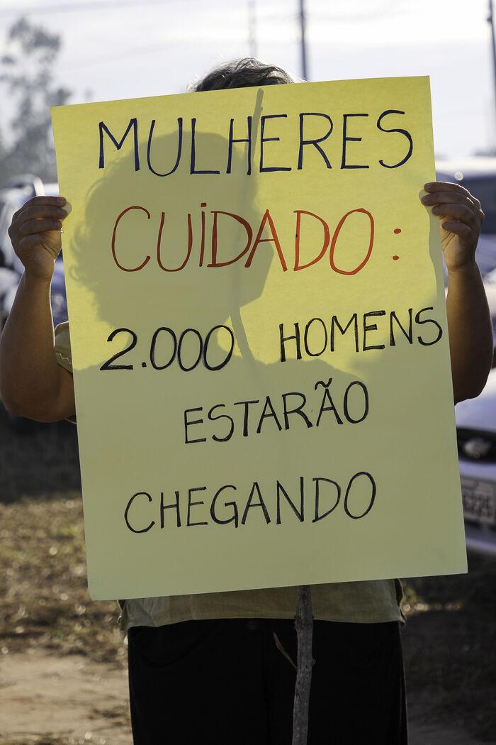 10 - Cartaz alerta para a chegada de 2 mil trabalhadores na região de Presidente Kennedy_ Foto_ divulgação