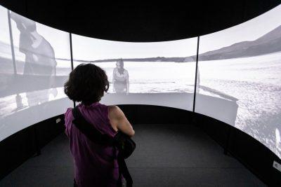 """""""Panopticon Digital"""" de Nora Ancarola: ¿Vigilas o te Vigilan?"""