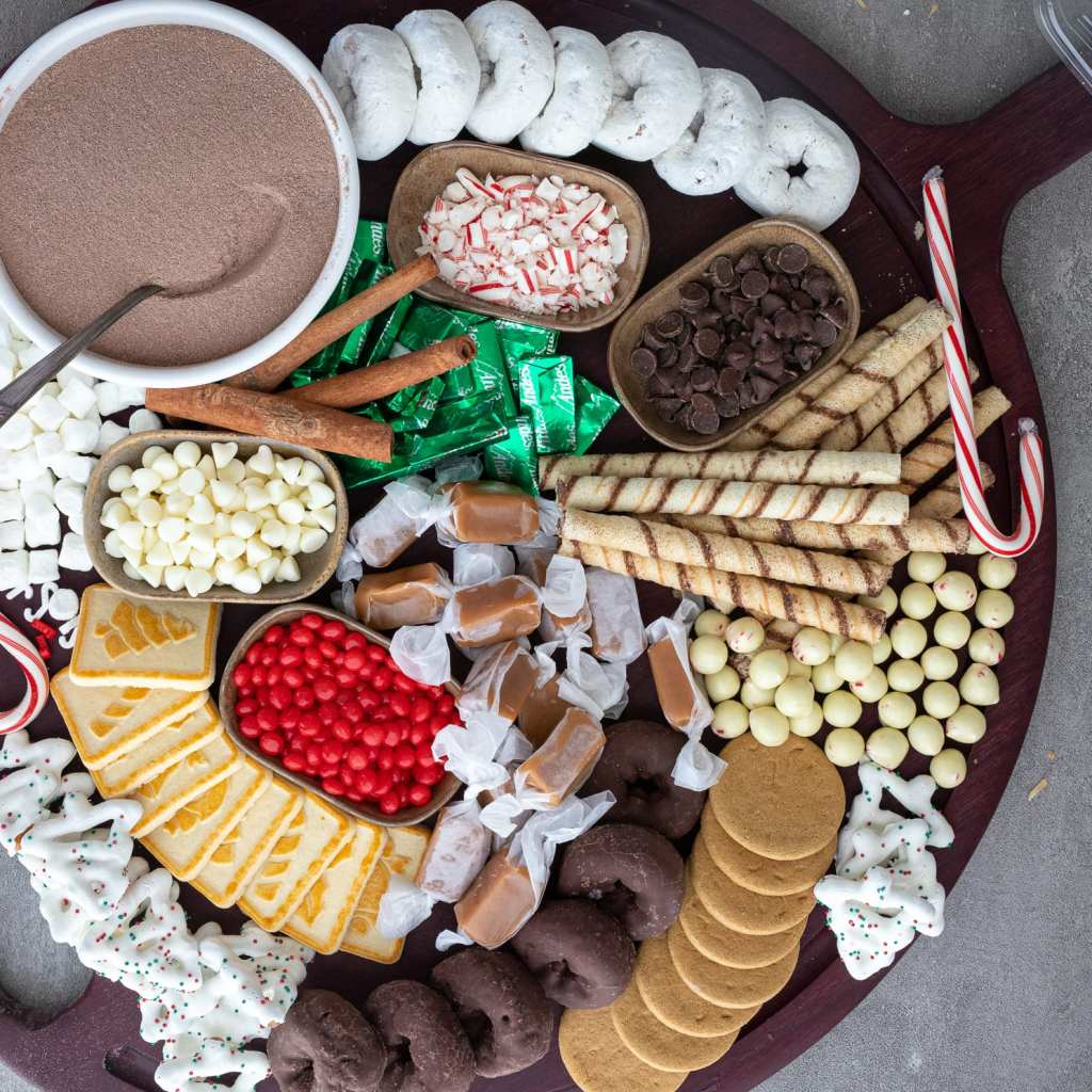 An arranged easiest hot cocoa charcuterie board
