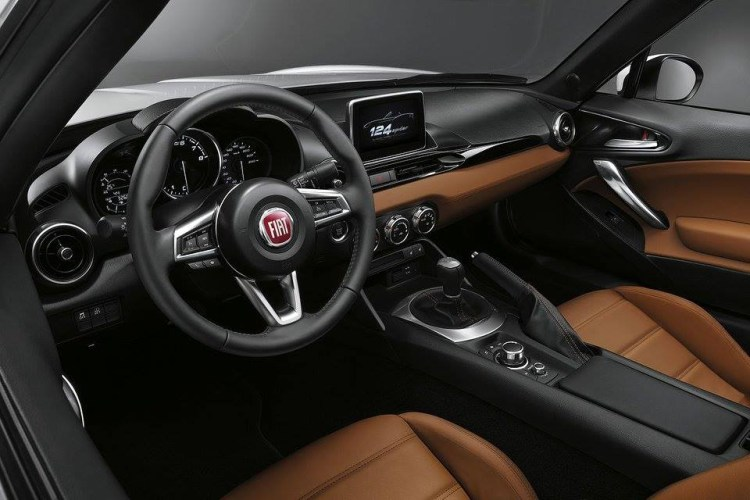 Fiat Chrysler recheama 365.000 de masini pentru probleme cu camera de marsarier