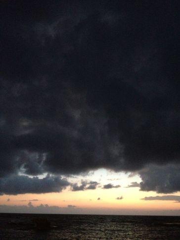 Le ciel nous réchaufferait le jour, et nous plomberait à la nuit tombée à ne plus savoir comment le regarder.
