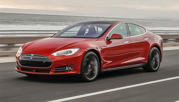 Tesla sürücüsü çölde Mecnun'a döndü