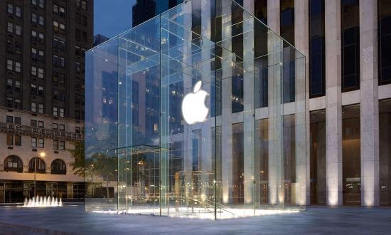 Apple Store'a Kılıçla Daldı!