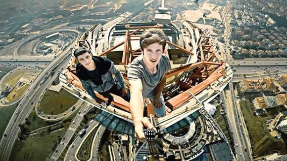 3. Köprü Selfie'cileri AVM'ye Tırmandı!