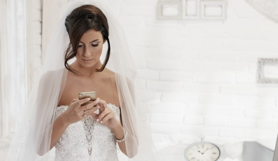 Düğünde Mesajlaştığı için Karısını Boşadı!