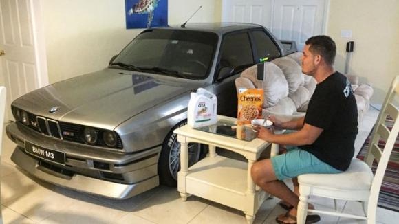 BMW aracını eve park etti!