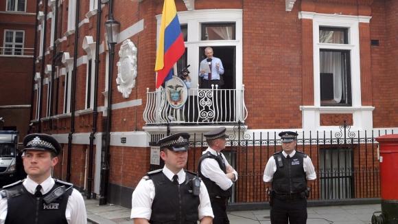 Julian Assange'ın internetini kestiler!