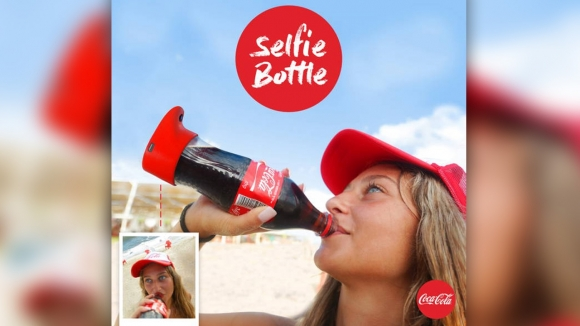 Coca-Cola'dan selfie çeken şişe!
