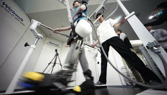 Felçli kişiler için yürüme robotu yapıldı
