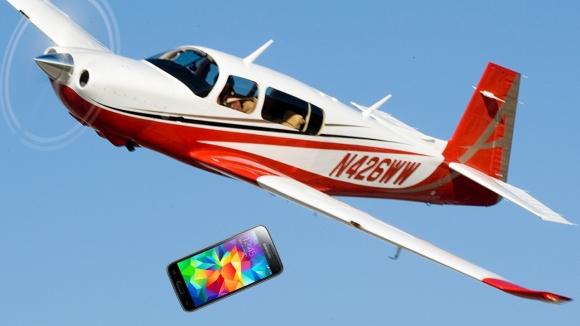 Uçaktan düşen Galaxy S5 sağlam kaldı!