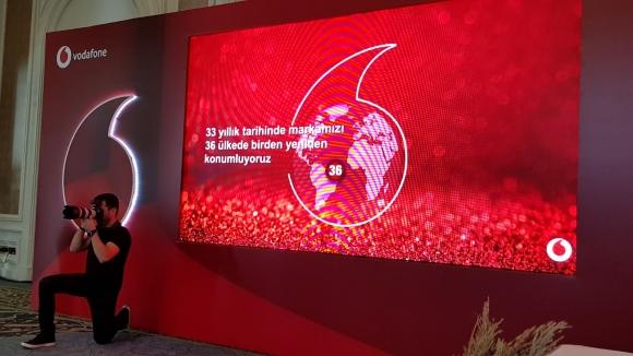 Vodafone yeni logo ile devam ediyor