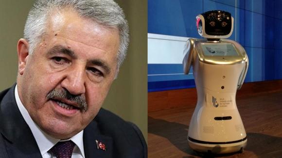 Ulaştırma Bakanı'nın sözünü kesen robota format atıldı