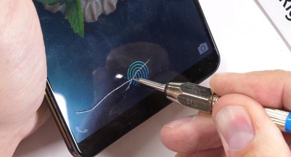 Ekrandan parmak izi okuyan telefon dayanıklılık testinde!