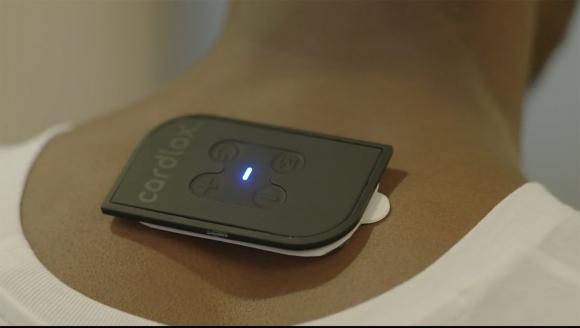 Kredi kartı büyüklüğünde masaj cihazı: Cardlax
