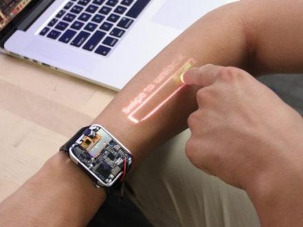 Kolunuzu dokunmatik ekrana dönüştüren akıllı saat!