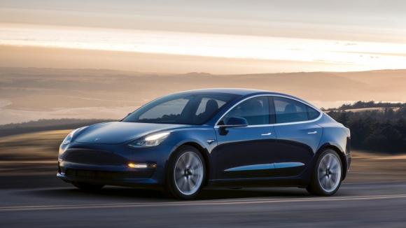 Çift motorlu Tesla Model 3 siparişe açılıyor!
