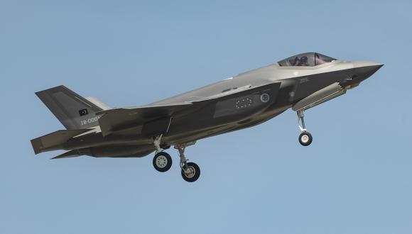 Türkiye'nin ilk F-35 savaş uçağı gökyüzü ile buluştu!