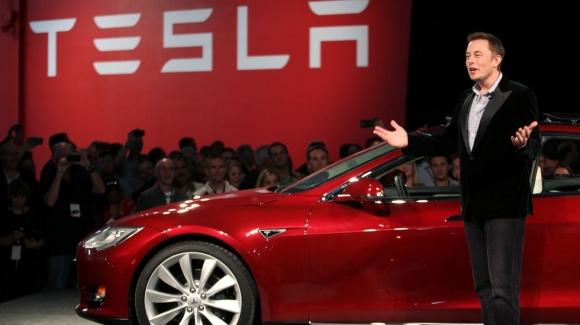 Elon Musk Tesla Motors'tan kovuluyor mu?