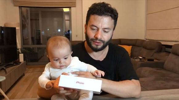 Kırmızı iPhone 8 Plus kutusundan çıkıyor! (VİDEO)