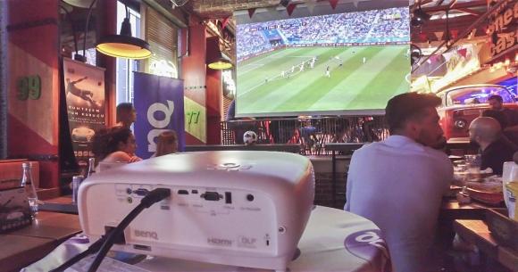 Dünya Kupası maçını dev ekrandan izlediler!