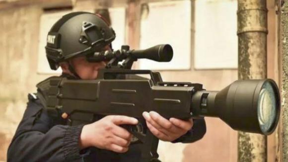 Düşmanları alev altında bırakacak lazer tüfeği!