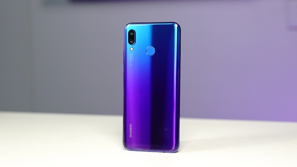 Huawei Nova 4 ekrana gömülü kamera ile geliyor!