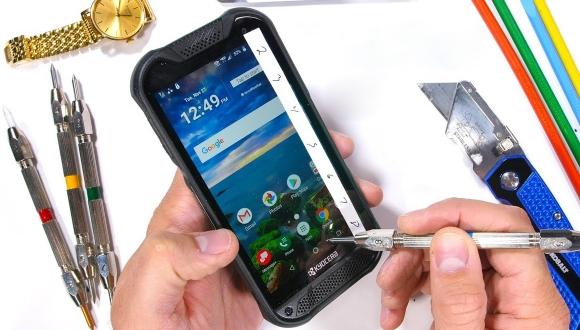 Safir camlı akıllı telefon dayanıklılık testinde!