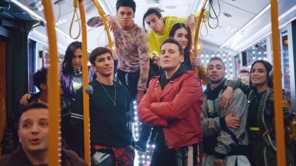 Mastercard'ın proje duyurusunu Edis, otobüste yaptı!